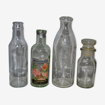 Ensemble d'anciennes bouteilles en verre