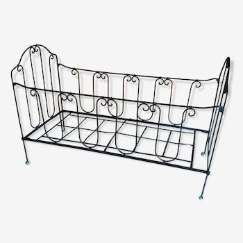 Lit cage d'enfant.