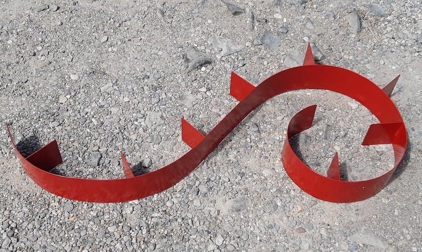 """Étagère murale """"escargot"""" en métal laqué rouge"""