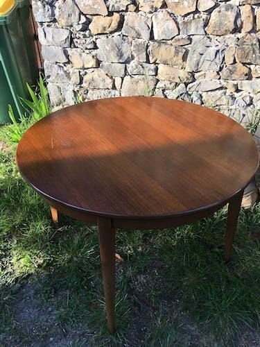 Table ronde scandinave avec verre
