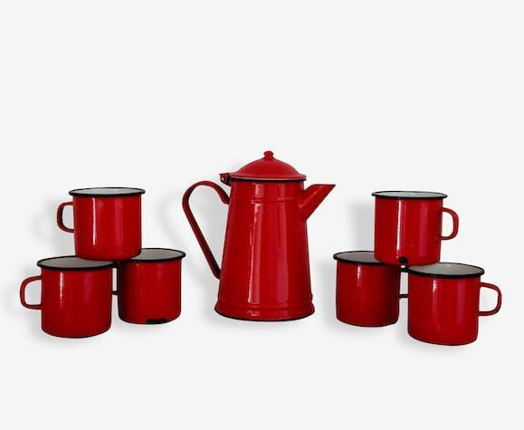 Vintage, une ancienne cafetière en tôle émaillée rouge et 6 mugs