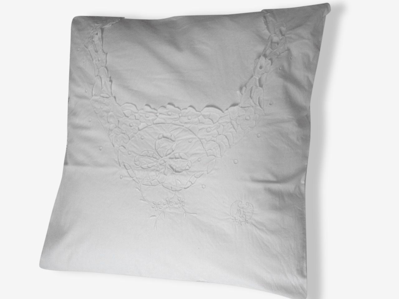 Coussin en rares linges anciens | Chemise de nuit Délicate + dentelle floral richelieu + Monogrammes M B | Déco Charme Romantique