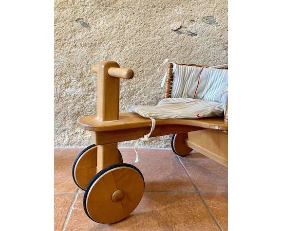 Tricycle en bois et osier