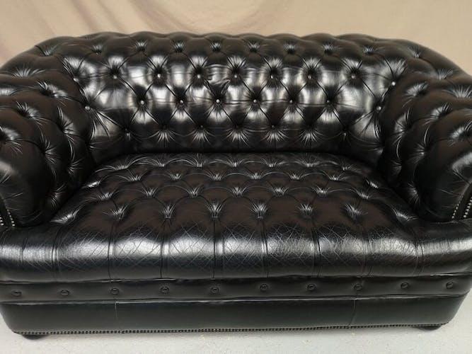 Canapé chesterfield cuir noir capitonné deux places