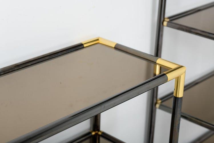 Paire d'étagères à trois niveaux en bronze et laiton, années 1970