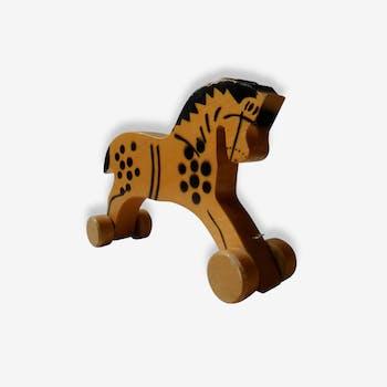 Jouet ancien: petit cheval de bois à tirer