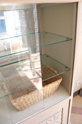 Vitrine taupe avec étagères en verre
