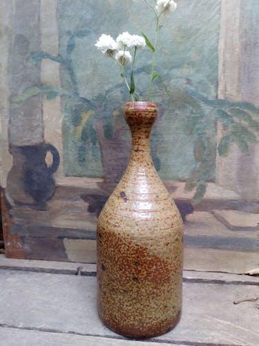 Vase bouteille en grès au goulot étroit