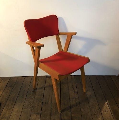 Fauteuil bridge pieds compas en bois clair et skaï rouge