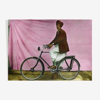 Portrait d'un homme sur son velo, Rajasthan vers 1920, photographie ancienne colorée