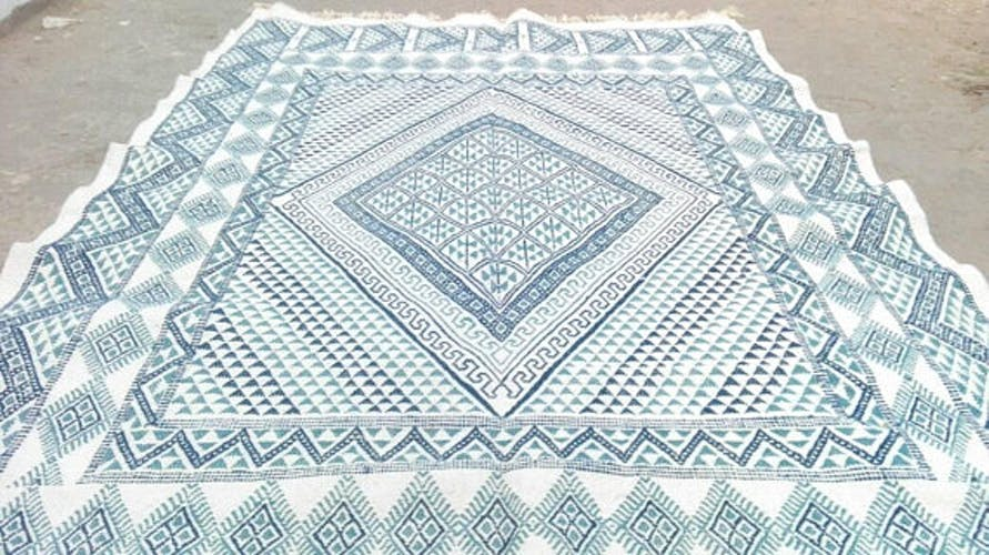 Tapis kilim berbère marocain bleu et blanc en laine fait main 160x233cm
