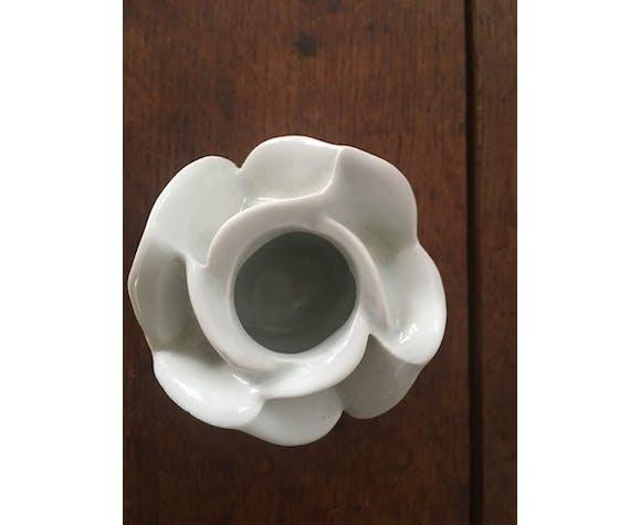 Deux bougeoirs en porcelaine blanche à la forme de fleur