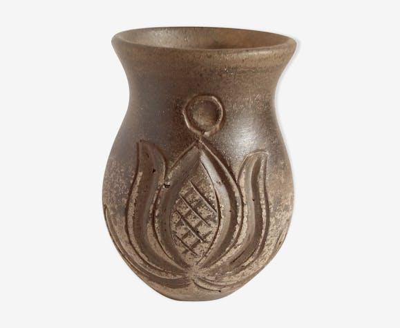 Vase en terre à motifs ciselés de Hongrie