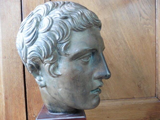Tête d'Alexandre le Grand en terre cuite sur socle de bois