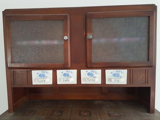 Buffet avec casiers à épices