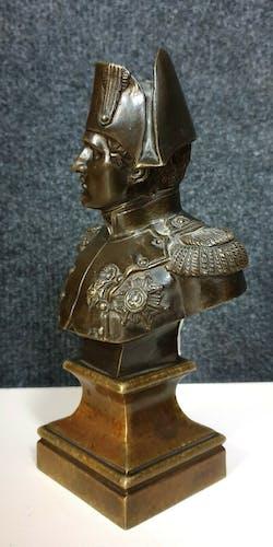 Buste en bronze a patine médaille figurant Napoléon Bonaparte  signée Lambert