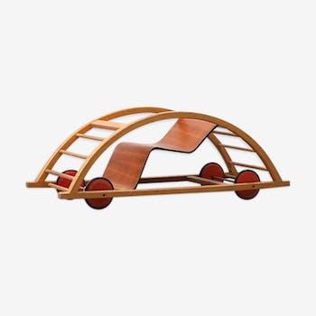 Fauteuil à bascule en forme de voiture pour enfants conçue par Hans Brockhage