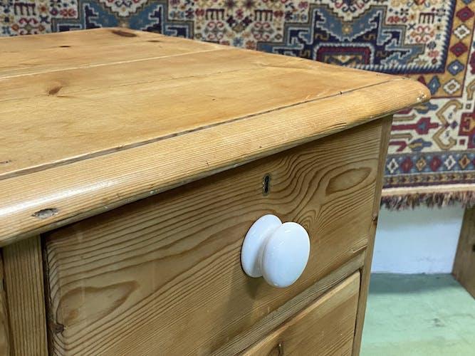 Commode anglaise en sapin et boutons en porcelaine blanche - début XXème