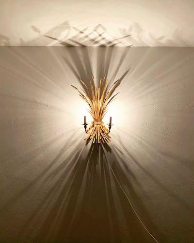 Lampe murale en métal italienne dorée Hollywood Regency par Hans Kögl