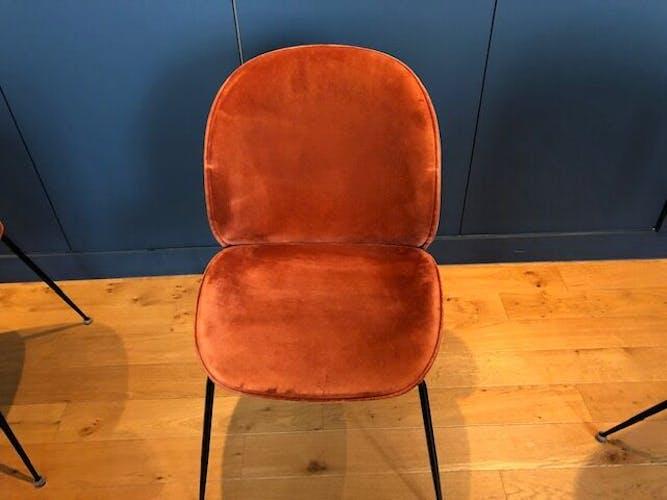 Lot de 6 chaises Beetle Gubi en velours coloris rouge orangé