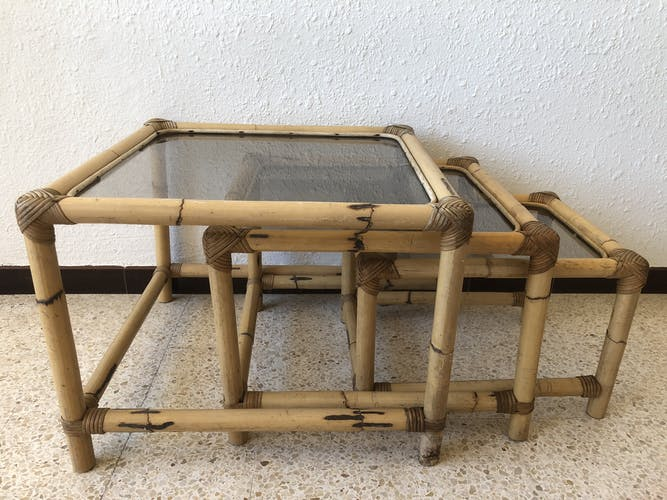 Serie de 3 tables gigognes seventies en rotin et verre fumé