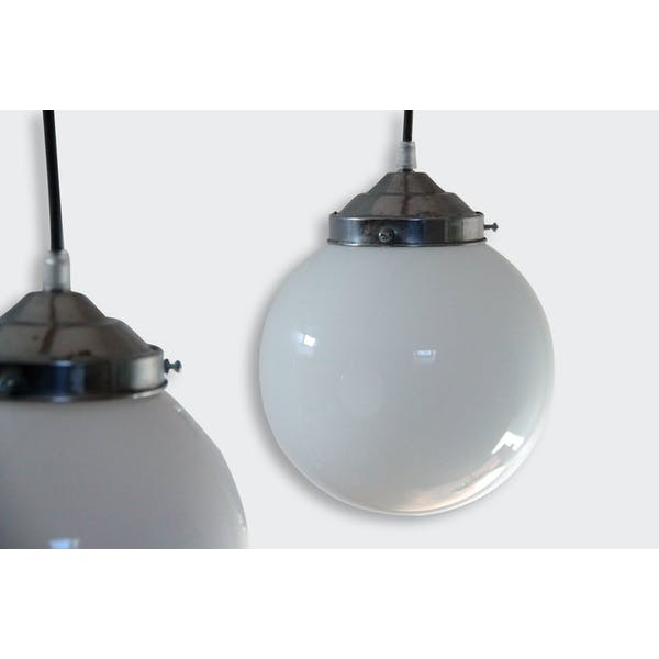 lampe suspension ancien lustre abat jour globe en verre opaline boule blanche diam tre 20 cm. Black Bedroom Furniture Sets. Home Design Ideas