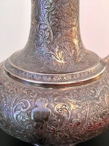 Théière orientale en métal argenté ouvragé