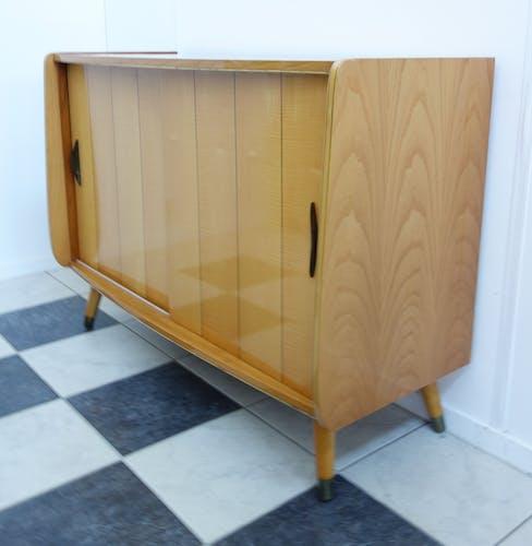 Buffet des années 1960 en cherrywood deux portes coulissantes