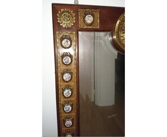 Mirror in gilded bronze and mahogany wood Medallion porcelain decoration.