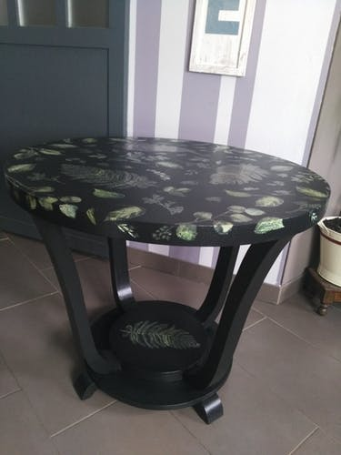 Table d'appoint forme tulipe rénovée style jungle