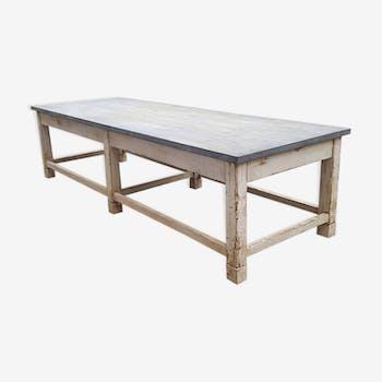 Table en bois avec plateau en zinc