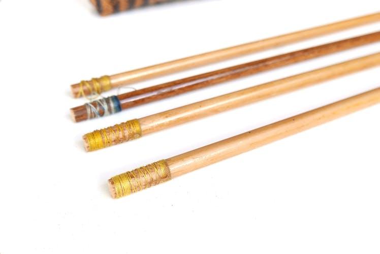 Flèches en bois dans leur panier tressé en osier, années 70