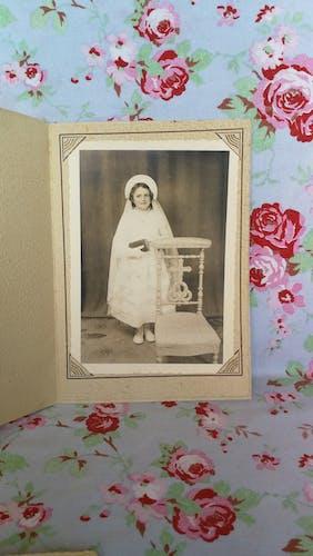 Photo noir et blanc d'une jeune communiante vintage
