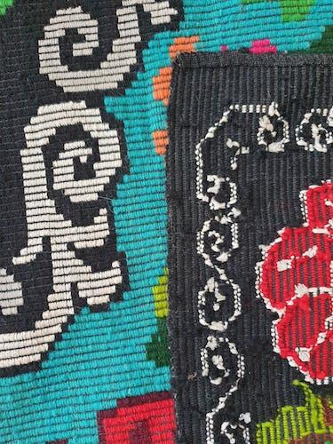 Tapis vintage roumain fait à la main en laine design floral boho fond turquoise 144x193cm