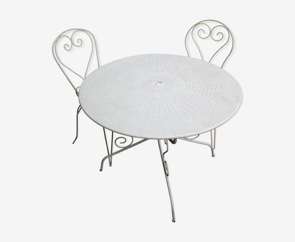 Salon de jardin avec ses deux chaises