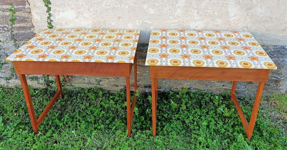 Lot de deux tables en bois avec dessus de fleurs vintage