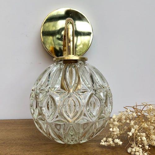 Applique coudée dorée globe vintage en verre moulé