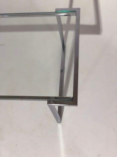 Table basse en métal chromé et plateau en verre
