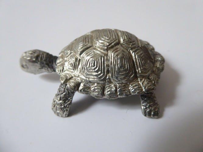 Boîte en forme de tortue en métal argenté