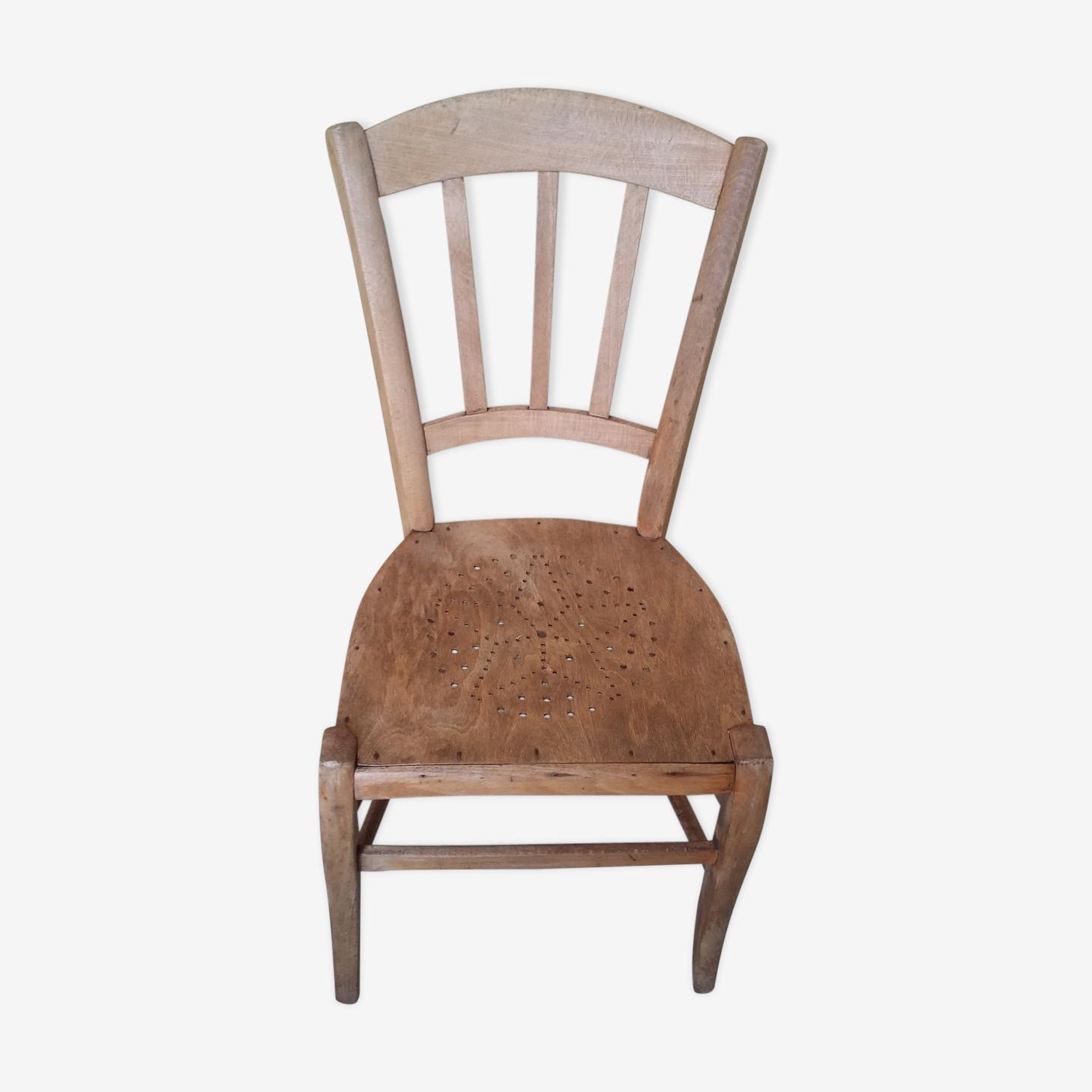 Chaise avec petits trous