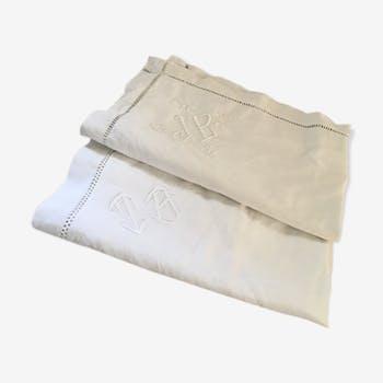 Deux taies d'oreiller anciennes dépareillées monogrammées