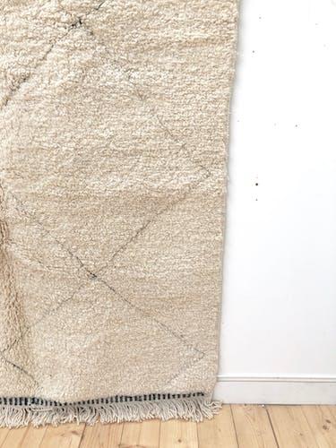 Tapis berbère marocain beni Ouarain à losanges noirs tissés dans la trame 262x159cm