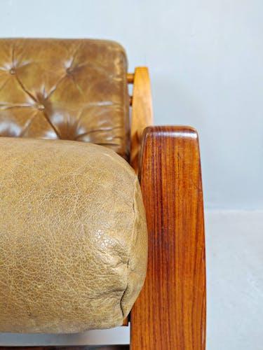 Ensemble de deux fauteuils en bois et cuir avec leur pouf
