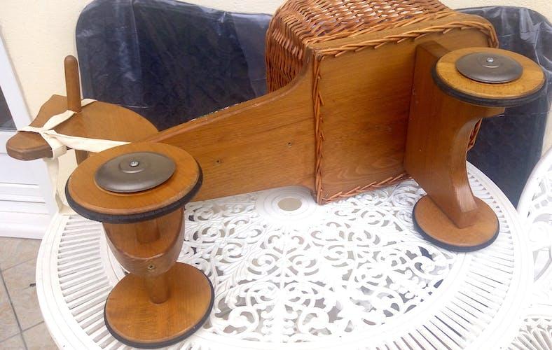 Cheval à roulettes vintage et son panier en osier