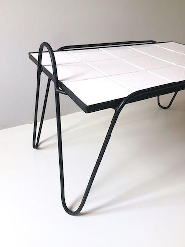 Table basse métal et céramiques blanches