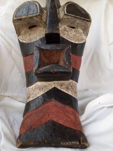 Masque africain en bois sculpté