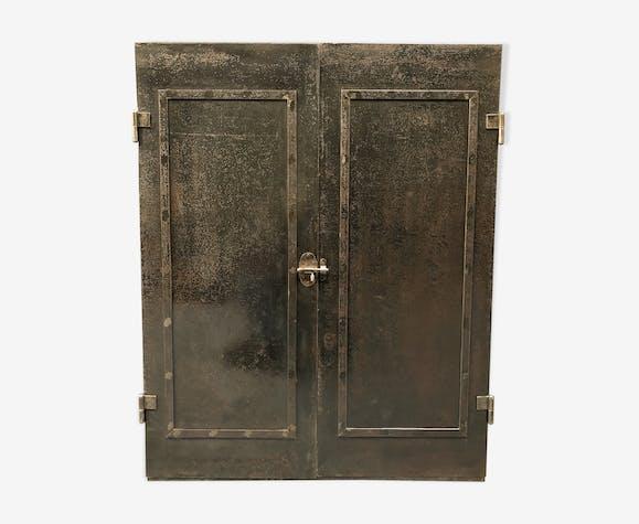 Armoire d'atelier de la France des années 1920 en acier nu noir riveté