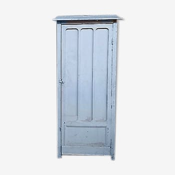 Wall cabinet has a door on coaching