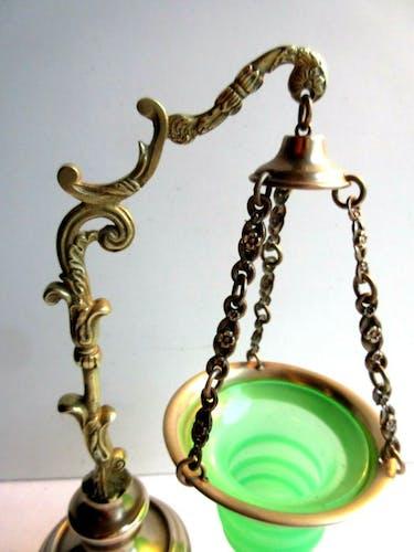 Veilleuse d'autel Napoléon III cristal d'opaline vert et laiton doré