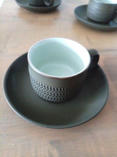 Trois tasses vertes à chevron Denby avec sous tasses.